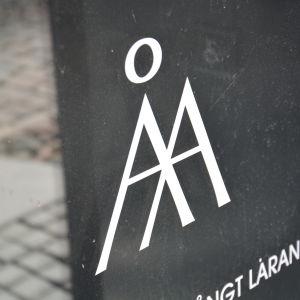 Åbo Akademis logotyp på i en dörr.