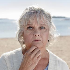 Kristiina Halkola försöker bemästra sorg med kunskap i rollen som författaren Joan Didion.