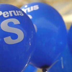 Ballonger med Sannfinländarnas logo.