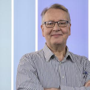 Toimitussihteeri Velipekka Pekkola, Puoli seitsemän