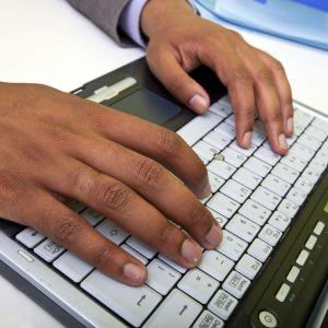 Man skriver på bärbar dator, arkivbild.