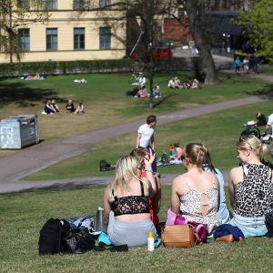 Ungdomar i park.