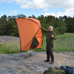 Patrik Berghäll sätter upp tältet