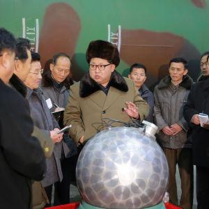 Nordkoreas ledare Kim Jong Un hävdade i mars år 2016 att Nordkorea har utvecklat kapacitet att fästa miniatyriserade kärnstridsspetsar på missiler vilket experter i väst betvivlar