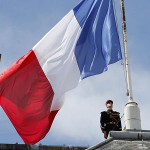 Flaggan på halv stång vid Élyséepalatset i Paris den 15 juli 2016 efter attacken i Nice.