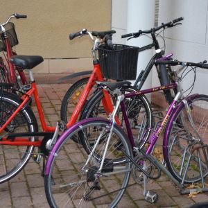 Cyklar utanför polisen i Borgå.