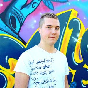 Mats Rosenqvist står framför en graffitivägg.