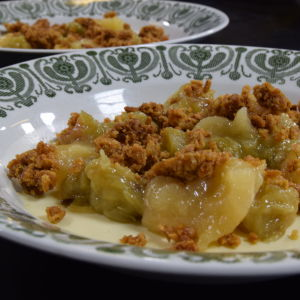 Honungspannacotta med säsongens fruktkompott och havrefras