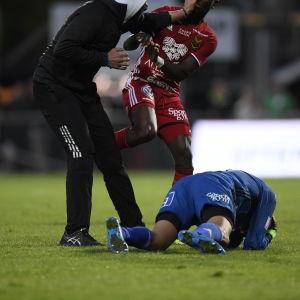 Aly Keita (ligger) är en fotbollsmålvakt.