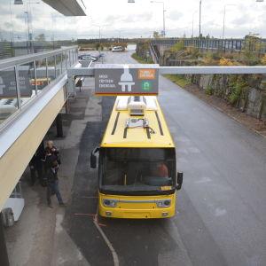 Splithterny elbuss vid Åbo flygplats.