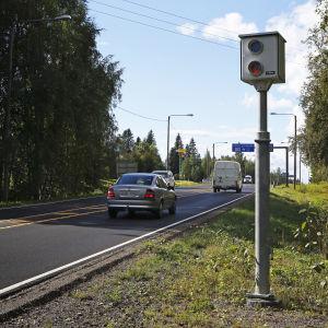 Trafiksäkerhetskamera vid landsväg.