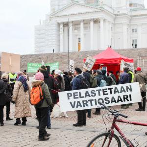 protester på senatstorget mot Helsingfors nya generalplan och delgeneralplanen för vårdö