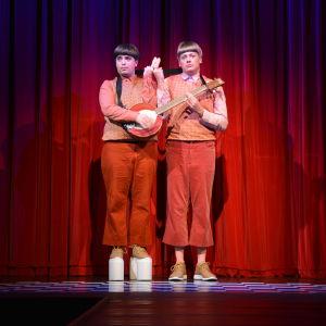 Ted Forsström och Kaj Korkea-aho som de siamesiska tvillingarna Darling och Sune.
