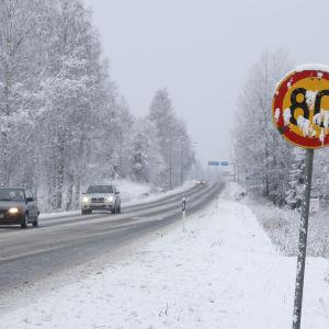 Bilar på snöig väg