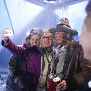 Kreeta Salmisella, P-P Peteliuksella ja Vesa Vierikolla oli hauskaa Joulukalenterin kuvauksissa Tampereella. Ylen Lasten ja nuorten Johanna Smith ohjaa etualalla.