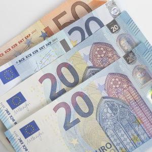 Sedlar i valörerna 20 euro och 50 euro.