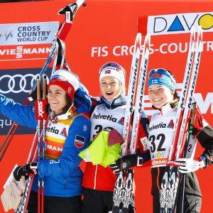 Heidi Weng, Ingvild Flugstad Østberg och Krista Pärmäkoski firar på prispallen i Davos.