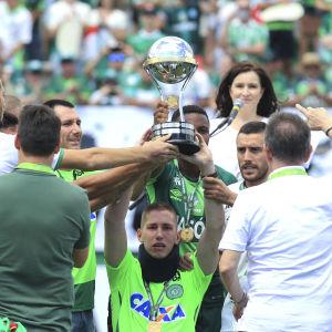 Jackson Follman lyfter Copa Sudamericana-pokalen.