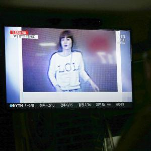 En av de två misstänkta kvinnor som fångades av övervakningskameror på Kuala Lumpurs flygplats