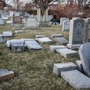 Vandaliserade gravstenar på den judiska begravningsplatsen Mount Carmel i Philadelphia 26.2.2017