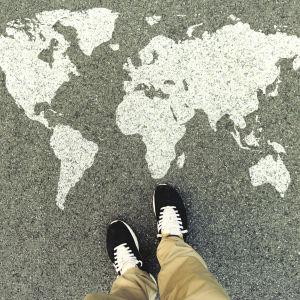 tossut joiden edessä alfalttiin maalattu maailman kartta
