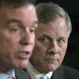 Richard Burr, den republikanska ordföranden för senatens underrättelseutksott ser på medan den demokratiska vice-ordföranden Mark Warner berättar om den pågående utredningen om Trump