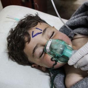 Ett litet barn vårdas med syrgas vid en klinik i Idlib i Syrien efter en attack med kemiska vapen.