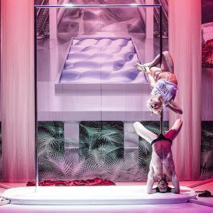 teaterstycket Schönheitsabend där Florentina Holzinger & Vincent Riebeek är i en akrobatisk posé.