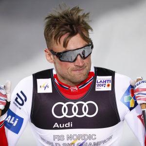 Petter Northug med stavar i händerna.