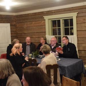 Sfp:are och samlingspartister i livligt samspråk på valvaka på Fanjunkars i Sjundeå.