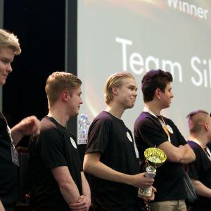 Det vinnande laget Team Silvers med pokalen från Insomnolence 2017