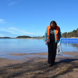 Pamela Wikström är en av frivilligarbetarna som städar stränder.