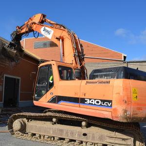Rivningsarbetet vid Snellmans gamla fabrik i Skata har påbörjats