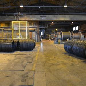 Industrihall med stålrullar.