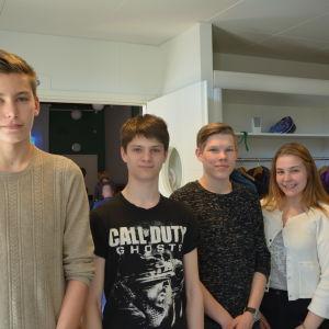 Fyra elever från finska och svenska gymnasierna i Pargas står på rad.