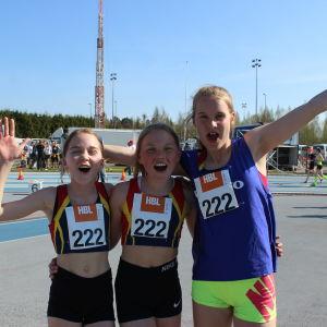 Julina Aldeborg, Anni Heiniö och Celina Holmberg firar