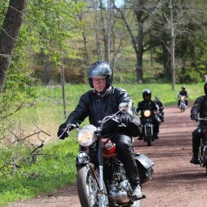 Motorcyklister kör på landsväg.