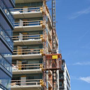 Närbild av höghusbygge.