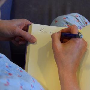Silja Sahlgren-Fodstad skriver dagbok.