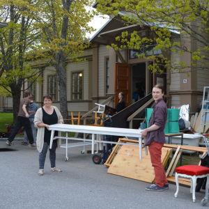 Gabriele Alisch och Kalle Halmen flyttar en bänk.