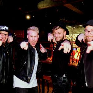 Medlemmarna i bandet Sven från Nykarleby gör vinnargest på ett klubbgolv i Borgå.