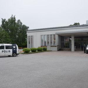 Polisbil vid tingsrätten
