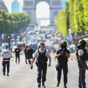 Polisen under en operation på Champs-Élysées i Paris.