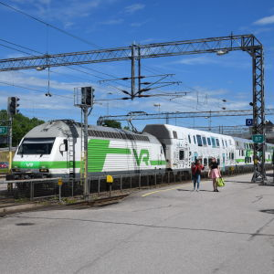 Intercitytåg på tågstationen i Karis.