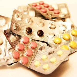 Pillerkartor i en hög innehållandes olika typer av mediciner.