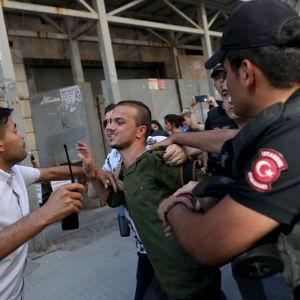 En deltagare i den förbjudna prideparaden i Istanbul grips av polis.