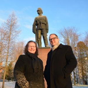 Bildningsdirektör Christina Knookala och stadsdirektör Tomas Häyry vid jägarstatyn.