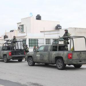 Militärer med bilar står och bevakar i ett bostadsområde i Tizayuca, Mexiko där 11 personer sköts till döds på ett barnkalas.