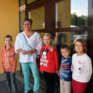 Max Högström, Lena Ahlroth, Ella Rehnström, Axel Högström och Emilia Nevalainen står vid dörren till Sjundeå svenska skola.