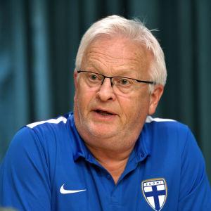 Hasse Backe mötte medierna i Düsseldorf inför Finlands landskamp borta mot Tyskland.